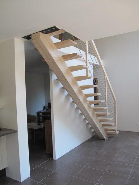 09 10 escalier droit sur limon central espace bois. Black Bedroom Furniture Sets. Home Design Ideas